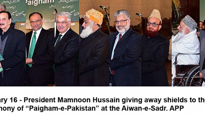 """APP36-16 ISLAMABAD: January 16 - President Mamnoon Hussain giving away shields to the dignitaries during the launching ceremony of """"Paigham-e-Pakistan"""" at the Aiwan-e-Sadr. APP"""